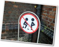 Bitte nicht urinieren und den Stuhlgang unterlassen